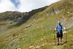 Οδοιπορία ατόμων στα βουνά στοκ εικόνα με δικαίωμα ελεύθερης χρήσης