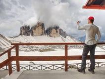 Οδοιπορία ατόμων στις Άλπεις Αιχμηρό ραβδί αιχμών πέρα από τα σύννεφα σε μια όμορφη ηλιόλουστη ημέρα στοκ φωτογραφίες με δικαίωμα ελεύθερης χρήσης