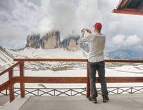 Οδοιπορία ατόμων στις Άλπεις Αιχμηρό ραβδί αιχμών πέρα από τα σύννεφα σε μια όμορφη ηλιόλουστη ημέρα στοκ εικόνες
