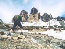 Οδοιπορία ατόμων στις Άλπεις Αιχμηρό ραβδί αιχμών πέρα από τα σύννεφα στοκ εικόνες