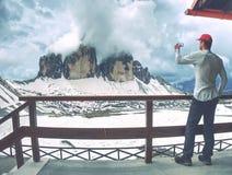 Οδοιπορία ατόμων στις Άλπεις Κορυφογραμμή βουνών του CIME Tre στοκ φωτογραφία