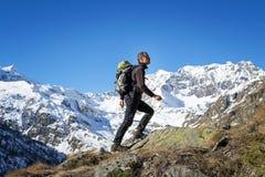Οδοιπορία ατόμων στις Άλπεις Μεγάλο εθνικό πάρκο Paradiso Ιταλία στοκ εικόνες