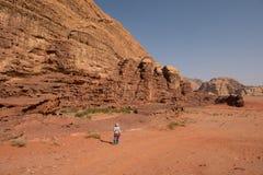Οδοιπορία γυναικών στην έρημο στοκ εικόνες με δικαίωμα ελεύθερης χρήσης