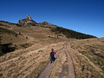 Οδοιπορία παιδιών στα βουνά στοκ φωτογραφία με δικαίωμα ελεύθερης χρήσης