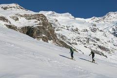 Οδοιπορία σκι στα όρη στοκ φωτογραφία με δικαίωμα ελεύθερης χρήσης