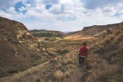 Οδοιπορία τουριστών στο χαρακτηρισμένο ίχνος στο χρυσό εθνικό πάρκο Χάιλαντς πυλών, Νότια Αφρική Φυσικά επιτραπέζια βουνά, φαράγγ Στοκ Εικόνες
