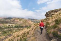 Οδοιπορία τουριστών στο χαρακτηρισμένο ίχνος στο χρυσό εθνικό πάρκο Χάιλαντς πυλών, Νότια Αφρική Φυσικά επιτραπέζια βουνά, φαράγγ Στοκ φωτογραφία με δικαίωμα ελεύθερης χρήσης