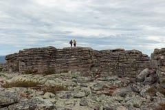 Οδοιπόροι πάνω από έναν σχηματισμό βράχου Στοκ φωτογραφία με δικαίωμα ελεύθερης χρήσης