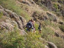 Οδοιπόροι που περπατούν στα βουνά έννοια στόχου, επιτυχίας, ελευθερίας και επιτεύγματος Στοκ εικόνες με δικαίωμα ελεύθερης χρήσης