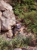 Οδοιπόροι που περπατούν στα βουνά έννοια στόχου, επιτυχίας, ελευθερίας και επιτεύγματος Στοκ Εικόνες
