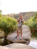 Οδοιπόροι που περπατούν στα βουνά έννοια στόχου, επιτυχίας, ελευθερίας και επιτεύγματος Στοκ Φωτογραφίες