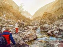 Οδοιπόροι στα βουνά στοκ εικόνα