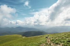 Οδοιπόροι στο ίχνος στην κορυφογραμμή βουνών στοκ φωτογραφίες
