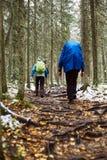 Οδοιπόροι στο δάσος φθινοπώρου Στοκ Εικόνες