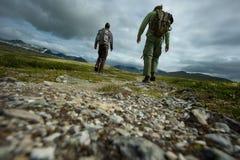 Οδοιπόρος ατόμων που περπατά προς το βουνό στοκ φωτογραφίες