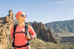 Οδοιπόρος γυναικών που εξετάζει την άποψη, backpacker περιπέτεια στοκ εικόνες με δικαίωμα ελεύθερης χρήσης
