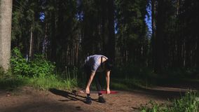 Οδοιπόρος γυναικών που κάνει τις ασκήσεις με το σκανδιναβικό περπάτημα απόθεμα βίντεο