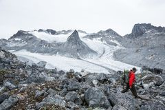 Οδοιπόρος επάνω από τον παγετώνα Snowbird στην περιοχή περασμάτων Hatcher της Αλάσκας, ποσό Στοκ εικόνες με δικαίωμα ελεύθερης χρήσης