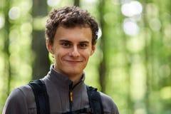 Οδοιπόρος εφήβων σε ένα ίχνος Στοκ εικόνες με δικαίωμα ελεύθερης χρήσης