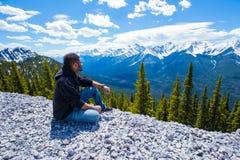 Οδοιπόρος πέρα από να φανεί η δύσκολη σειρά βουνών από την άκρη ενός απότομου βράχου στοκ φωτογραφία με δικαίωμα ελεύθερης χρήσης