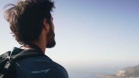 Οδοιπόρος που κοιτάζει μέσω των διοπτρών ενάντια στον ουρανό φιλμ μικρού μήκους