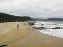 Οδοιπόρος που περπατά στην παραλία κοιλάδων της φύσης στη διαδρομή κήπων, Νότια Αφρική στοκ φωτογραφία με δικαίωμα ελεύθερης χρήσης