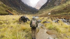 Οδοιπόρος που περπατά στο ίχνος οδοιπορίας στο στρατόπεδο βάσεων Annapurna, Ιμαλάια, Νεπάλ POV απόθεμα βίντεο