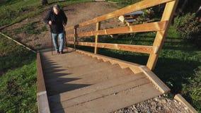 Οδοιπόρος που περπατά τα σκαλοπάτια επάνω φιλμ μικρού μήκους
