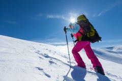 Οδοιπόρος στα χειμερινά βουνά κατά τη διάρκεια της ηλιόλουστης ημέρας Στοκ Εικόνες