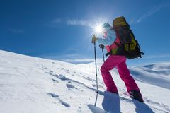 Οδοιπόρος στα χειμερινά βουνά κατά τη διάρκεια της ηλιόλουστης ημέρας Στοκ φωτογραφία με δικαίωμα ελεύθερης χρήσης