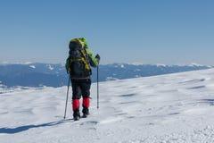 Οδοιπόρος στα χειμερινά βουνά την ηλιόλουστη ημέρα Στοκ φωτογραφίες με δικαίωμα ελεύθερης χρήσης