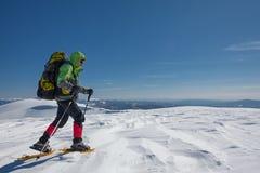 Οδοιπόρος στα χειμερινά βουνά την ηλιόλουστη ημέρα Στοκ Εικόνα