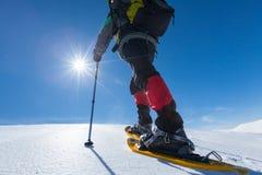 Οδοιπόρος στα χειμερινά βουνά την ηλιόλουστη ημέρα Στοκ Εικόνες