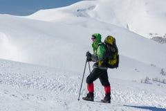 Οδοιπόρος στα χειμερινά βουνά την ηλιόλουστη ημέρα Στοκ Φωτογραφία