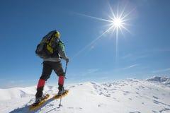 Οδοιπόρος στα χειμερινά βουνά την ηλιόλουστη ημέρα Στοκ Φωτογραφίες