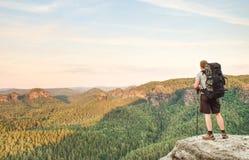 Οδοιπόρος στην κορυφή βουνών Αθλητισμός και ενεργός ζωή στοκ εικόνες με δικαίωμα ελεύθερης χρήσης