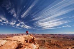 Οδοιπόρος στο εθνικό πάρκο Canyonlands στη Γιούτα, ΗΠΑ στοκ εικόνες