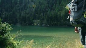 Οδοιπόρος στο φυσικό ίχνος με τη λίμνη απόθεμα βίντεο