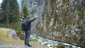 Οδοιπόρος τουριστών ατόμων με το σακίδιο πλάτης που απολαμβάνει το φυσικό τοπίο ποταμών βουνών άποψης Οδοιπόρος ταξιδιού που κοιτ απόθεμα βίντεο