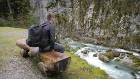 Οδοιπόρος τουριστών ατόμων με το σακίδιο πλάτης που απολαμβάνει το φυσικό τοπίο ποταμών βουνών άποψης Οδοιπόρος ταξιδιού που κοιτ φιλμ μικρού μήκους