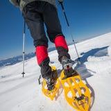Οδοιπόρων στα χειμερινά βουνά κατά τη διάρκεια της ηλιόλουστης ημέρας Στοκ Φωτογραφία