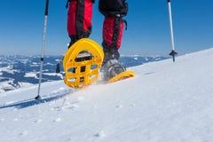 Οδοιπόρων στα χειμερινά βουνά κατά τη διάρκεια της ηλιόλουστης ημέρας Στοκ εικόνα με δικαίωμα ελεύθερης χρήσης
