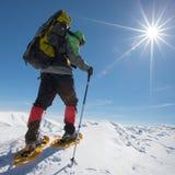 Οδοιπόρων στα χειμερινά βουνά κατά τη διάρκεια της ηλιόλουστης ημέρας Στοκ φωτογραφία με δικαίωμα ελεύθερης χρήσης