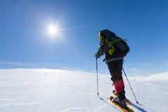 Οδοιπόρων στα χειμερινά βουνά κατά τη διάρκεια της ηλιόλουστης ημέρας Στοκ εικόνες με δικαίωμα ελεύθερης χρήσης