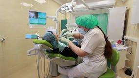 Οδοντίατρος γιατρών και ασθενής κοριτσιών στην κλινική της οδοντιατρικής απόθεμα βίντεο
