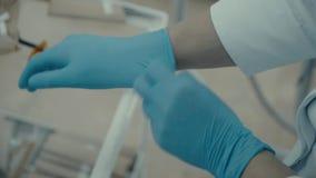Οδοντίατρος γιατρών που φορά τα γάντια φιλμ μικρού μήκους