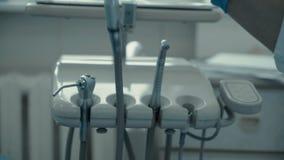 Οδοντίατρος γιατρών στα χέρια και τις συσκευές σχεδίων εργασίας απόθεμα βίντεο