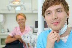 Οδοντίατρος κάτω από τη μάσκα στο γραφείο της οδοντικής κλινικής Στοκ φωτογραφία με δικαίωμα ελεύθερης χρήσης