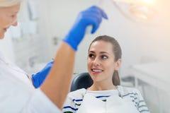 Οδοντίατρος και ασθενής στο γραφείο οδοντιάτρων στοκ φωτογραφίες με δικαίωμα ελεύθερης χρήσης