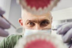 Οδοντίατρος πέρα από το ανοικτό υπομονετικό στόμα ` s που κοιτάζει στα δόντια Στοματική φροντίδα Ι στοκ εικόνες